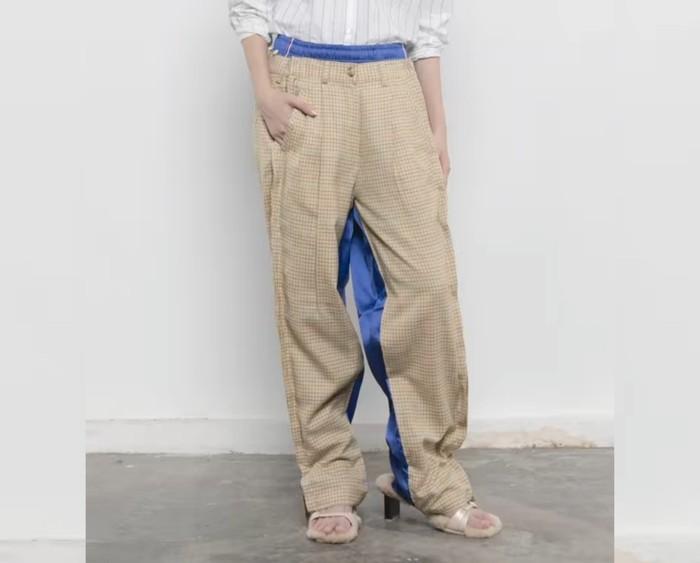 Salah satu koleksi RE-TANGAN yang bernama CELANAS terinspirasi dari outfit Work From Home. Ide desainnya memadukan antara trouser dengan track pants. Celana dua sisi ini dilengkapi dengan panel samping yang dapat dilepas. (Foto: Instagram/tanganofficial)
