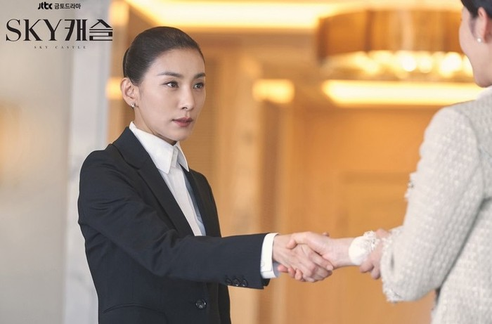 Tahun 2018, Kim Seo Hyung mencuri perhatian publik berkat kemunculannya sebagai tutor licik dalam drama Sky Castle. Selain sukses buat penonton geram, Kim Seo Hyung juga sukses mendapat perhargaan melalui perannya ini / foto: JTBC Drama