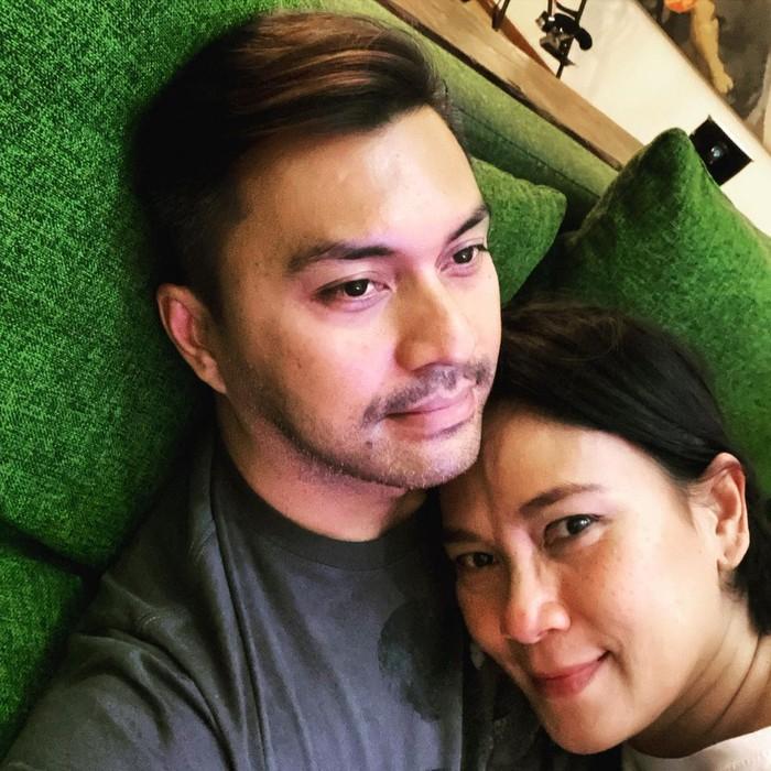 Pasangan Anjasmara dan Dian Nitami memang paling couple goals. Usia pernikahan yang menginjak 22 tahun ini, tidak lantas membuat cinta dan momen romantis mereka seakan padam. (foto:instagram.com/anjasmara)