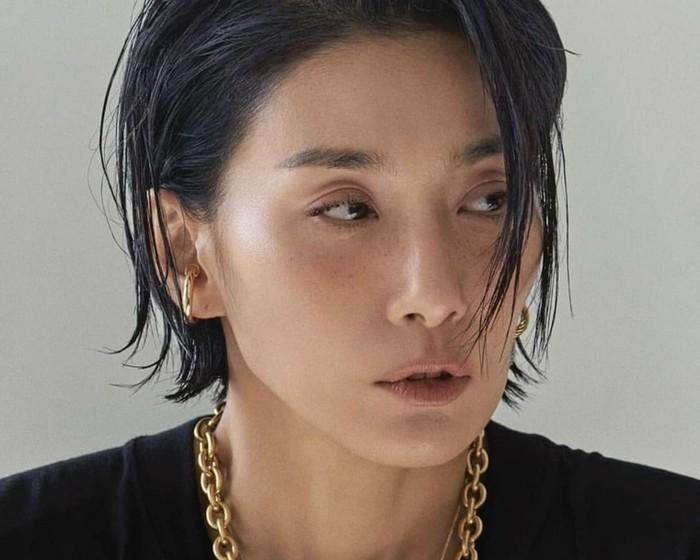 Wanita berusia 47 ini dikenal memiliki visual yang menawan dan karismatik. Sampai saat ini, ia masih aktif dipercaya menjadi model pemotretan berbagai majalah dan brand / foto: instagram.com/kim_seohyung