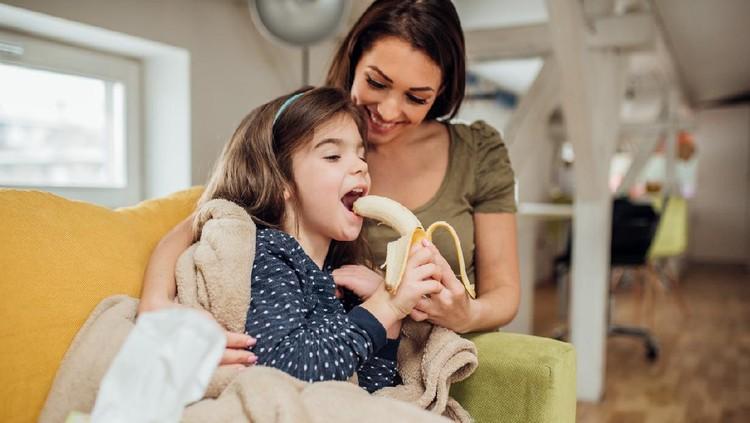 Anak makan pisang