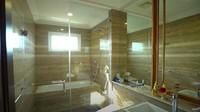 <p>Di dalam kamar tidur utama, ada kamar mandi yang terlihat mewah. Kamar mandi ini juga banyak didominasi warna emas. (Foto: YouTube TAULANY TV)</p>