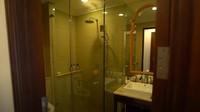 <p>Di luar kamar tidur juga terdapat kamar mandi kecil yang mewah untuk tamu. (Foto: YouTube TAULANY TV)</p>