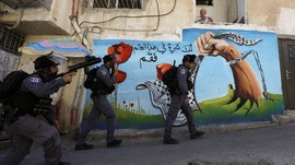 FOTO: Ratap di Tengah Derap Israel Bongkar Bangunan Palestina