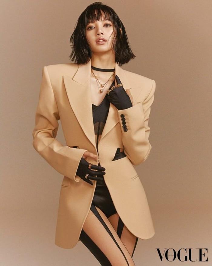 Dalam pemotretan edisi terbaru ini, Vogue memilih untuk menggambarkan Lisa sebagai simbol kekuatan fashion yang berpengaruh dan menjadi inspirasi bagi Generasi Z. (Foto: voguehk.com)