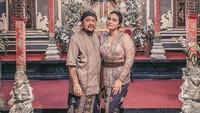<p>Selain travelling dan menjelajahi pulau Dewata, Feby dan suami juga berkesempatan menghadiri sebuah acara pernikahan, Bunda. Mereka pun kompak mengenakan pakaian adat Bali dengan motif yang senada. (Foto: Instagram: @febyfebiola_)</p>