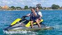 <p>Selama di Bali, Feby terlihat mengikuti berbagai kegiatan yang menyenangkan, Bunda. Salah satunya adalah bermain jetski di daerah Nusa Dua. (Foto: Instagram: @febyfebiola_)</p>