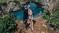<p>Feby dan suami juga sering jalan-jalan menikmati keindahan alam, Bunda. Salah satunya adalah saat menikmati indahnya pulau Nusa Penida. (Foto: Instagram: @febyfebiola_)</p>