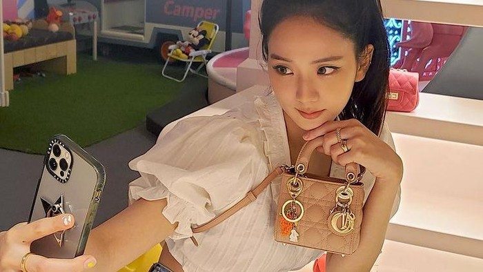 Intip Gaya Para Selebriti Korea Berpose dengan Dior Micro Bag
