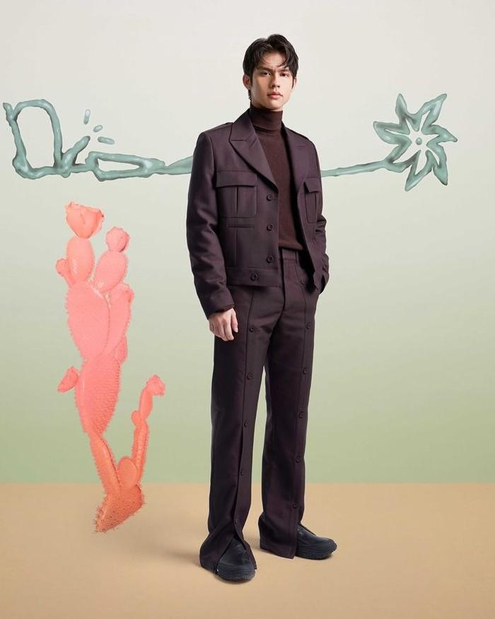 Tidak hanya Win Metawin, lawan main Win dalam series 2gether, Bright juga hadir untuk Cactus Jack Dior. Bright tampil rapi dengan berbalut koleksi Dior. Bright juga mengenakan koleksi Dior Winter untuk kali ini (instagram.com/dior)