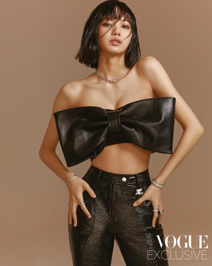Lihatlah betapa percaya diri Lisa dengan tube-top berbentuk pita sebagai kostum pemotretannya kali ini. Tube-top ini berbahan kulit dari Shuhu/Tong dan dipasangkan dengan celana Vinyl dari merek Paris Courreges. (Foto: Voguehk.com)