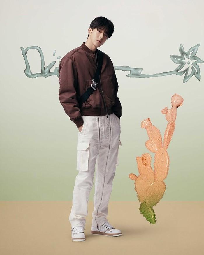 Banyak aktor Korea yang tampil untuk kolaborasi hits tahun ini. Male lead dalam drama Korea, Start Up, Nam Joo Hyuk tampil modis dengan koleksi Dior. Kali ini Nam Joo Hyuk mengenakan koleksi Dior Summer 2022 (instagram.com/dior)