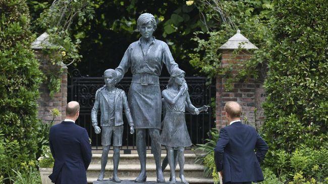 Pangeran William dan Harry tampil bersama saat menyingkap patung Putri Diana, ibu mereka di Instana Kensington, Inggris, Kamis (1/7).