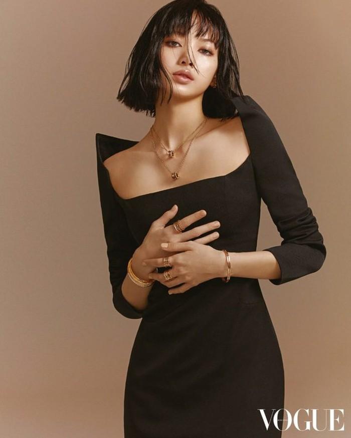 Pemotretan Lisa kali ini dikonsep langsung oleh sutradara mode, Sean K. Direktur mode Vogue Hongkong ini bekerja sama dengan fotografer Korea Kim Hee June untuk mengambil potret Lisa dari sisi yang kuat dan menawan. (Foto: voguehk.com)