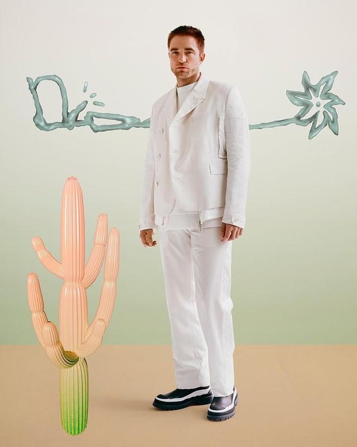 Membuka koleksi Dior Summer, Dior sukses mengandeng musisi Travis Scott untuk kolaborasi. Aktor Robert Pattinson menghadiri launching Dior x Travis Scott. Robert mengenakan all white Dior x Sacai dari koleksi Dior Spring (foto: nstagram.com/dior)
