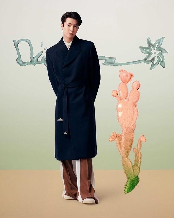 Tidak hanya aktor, personil Kpop Group juga tampil untuk kolaborasi ini.Sehun dari EXO tampil dengan koleksi Cactus Jack Dior. Sehun mengenakan Oversize Coat berwarna navy, White Cotton Shirt, Oversize Pants dan Brown 'B23' sneakers (instagram.com/dior)