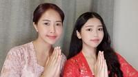 <p>Nah, kalau ini adalah gaya kompak Yannie Kim dan Ko Soobin ketika mengenakan kebaya. Terlihat anggun dan cantik ya? (Foto: Instagram: @yannie_kim79)</p>
