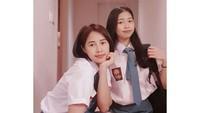 <p>Yannie Kim juga pernah menemani sang putri memakai seragam SMA Indonesia lho. Terlihat seperti kakak adik nih! (Foto: Instagram: @soobin.ko)</p>