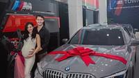 <p>Kevin Andrean dipuji sebagai suami romantis setelah memberi kado sebuah mobil mewah pada Sylvia Fully yang tengah hamil. Hal itu menarik perhatian netizen, Bun. (Foto: Instagram @sylvia_fully88</p>