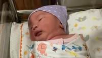 <p>Ayu melahirnya anak ketiganya pada Sabtu (3/7/2021) pada pukul 05.00 WIB. Aiko terlahir dengan berat 3,4 kilogram dan panjang 51 sentimeter, Bunda. (Foto: Instagram: @wendicagur)</p>