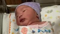 <p>Aiko sendiri lahir dengan proses kelahiran normal, lho. Kehadiran Aiko kini melengkapi keluarga kecil Wendi dan Ayu. (Foto: Instagram: @wendicagur)</p>