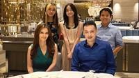 <p>Pada malam pergantian tahun 2020, Cut Tary dan keluarganya juga menyempatkan diri untuk makan malam bersama, Bunda. <em>Family goals</em> banget, ya! (Foto: Instagram: @cuttaryofficial)</p>