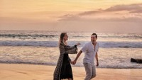 <p>Di waktu senggang, pasangan beda negara ini sering menghabiskan waktu bersama. Romantis banget kan? (Foto: Instagram @vjdaniel)</p>