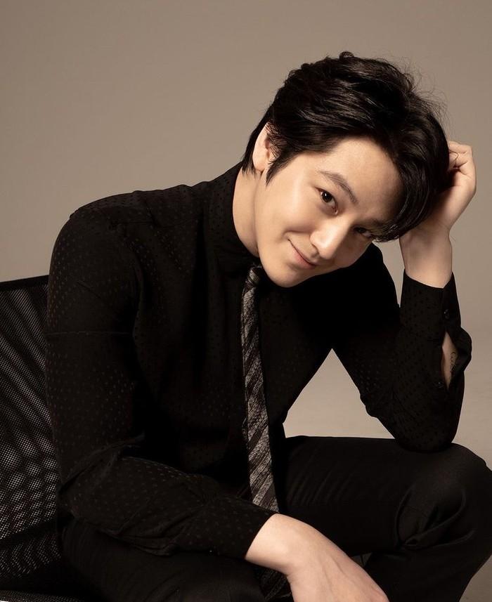 Aktor yang memiliki tinggi badan 181 cm ini juga terkenal berkat perannya sebagai malaikat pelindung (Padam Padam), 'Kakak' Song Hye Kyo (That Winter, The Wind Blows), detektif (Hidden Identity), dan CEO (Mrs. Cop). /Foto: instagram.com/k.kbeom