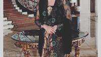 <p>Donna Latief tampak semakin anggun dengan padu padan busana tradisional. Seperti ketika mengenakan kebaya dan rok batik. Rambutnya yang disanggul membuat Donna semakin elegan. (Foto: Instagram: @donna.latief)</p>