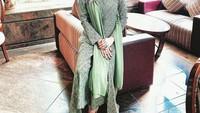 <p>Wanita yang menjadi mualaf ini juga selalu tampil santun lho. Ia terlihat anggun dalam balutan baju formal. (Foto: Instagram: @donna.latief)</p>