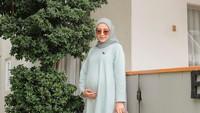<p>Meski tengah hamil besar, pesona Mega Iskanti tidak pernah luntur nih. Aura mother glow justru semakin terpancar dari hijab influencer itu. Mega tetap modis dengan padu padan busana hijab. (Foto: Instagram: @megaiskanti)</p>