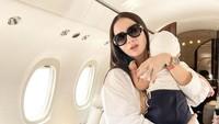 <p>Tak tanggung-tanggung, ibu dua anak ini liburan naik private jet lho. (Foto: Instagram @therealmomogeisha)</p>
