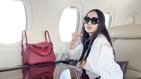 <p>Momo tampil modis saat naik private jet ya, Bunda. (Foto: Instagram @therealmomogeisha)</p>