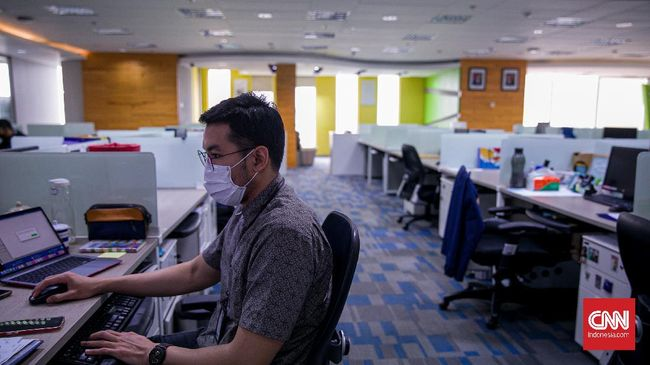 Menko Marves Luhut Binsar Panjaitan mengatakan perkantoran di sektor non esensial dapat menerapkan bekerja dari kantor sebesar 25 persen.