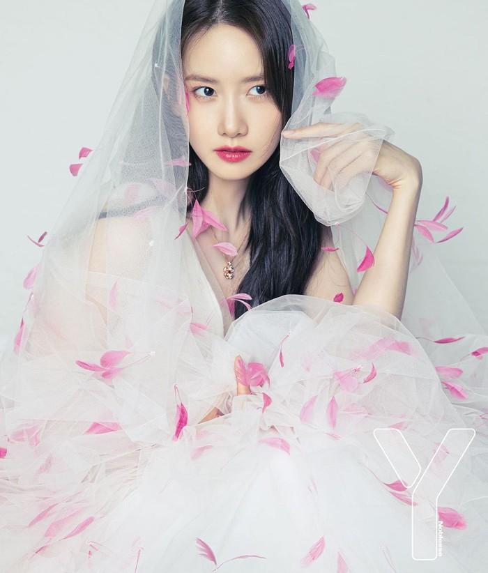 Yoona SNSD terlihat anggun dalam pemotretan kali ini. Tak hanya anggun, aktris sekaligus idol ini juga menampilkan sisi femininnya. (Yoona snsd/Foto: Instagram/yoona__lim)