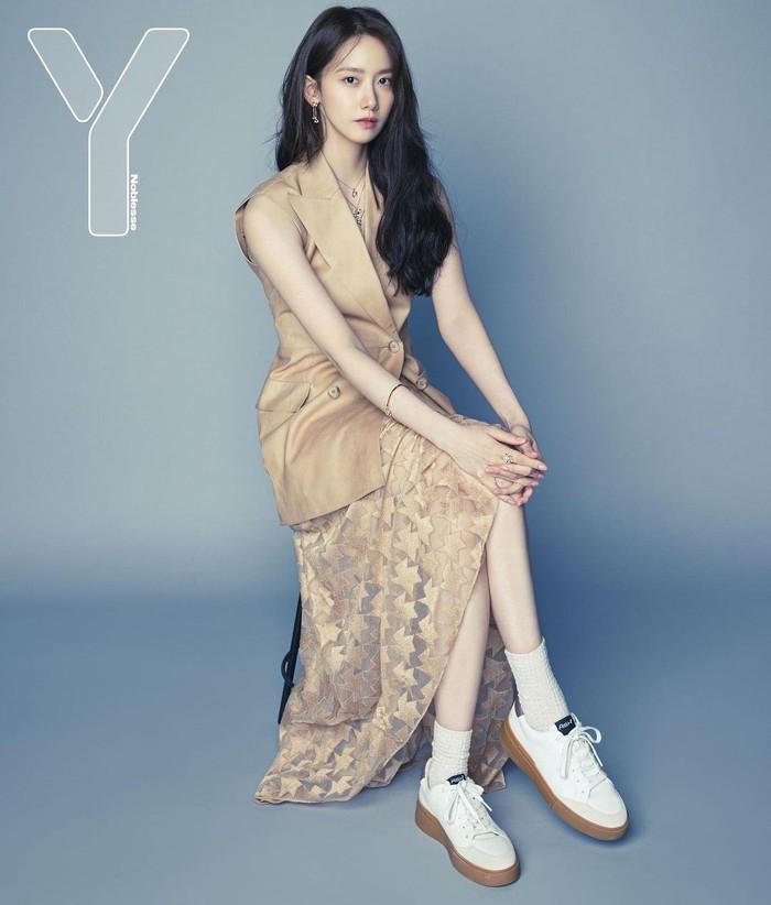 Dibalut gaun berwarna krem tanpa lengan, perempuan bernama asli Im Yoona ini berpose dengan elegan. Sepatu putih yang dikenakan memberi kesan kasual. (Yoona snsd/Foto: Instagram/yoona__lim)