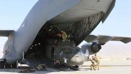 FOTO: Hiruk Pikuk Mesin Perang AS Diangkut dari Afghanistan