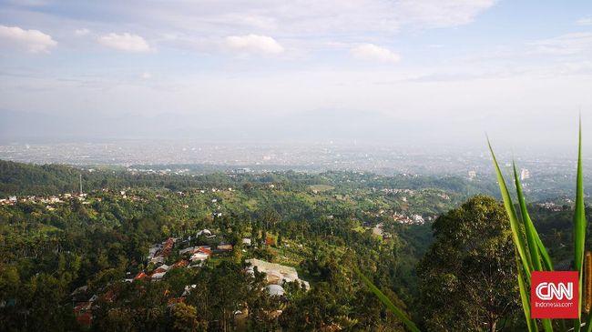LAPAN menjawab benda asing yang tampak melayang di langit Bandung, Kamis (29/7) sebagai balon alih-alih dugaan UFO.