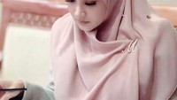 <p>Selama bekerja, wanita 41 tahun itu tetap tampil santun mengenakan busana hijab syar'i. Ia setia mengenakan outfit muslimah sejak berhijrah di 2019 lalu, Bunda. (Foto: Instagram: @mulanjameela1)</p>