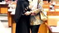 <p>Usai rapat, Mulan Jameela juga tak lupa mengabadikan potret bersama rekan-rekan DPR. Ia terlihat modis memakai rok plisket dan khimar warna hitam. (Foto: Instagram: @mulanjameela1)</p>