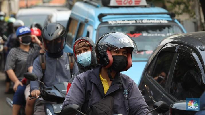Pengendara melewati jalur alternatif untuk melewati penyekatan PPKM Darurat di Jakarta, Selasa (6/7/2021). (CNBC Indonesia/Andrean Kristianto)