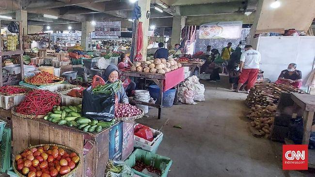 Dalam aturan yang diterbitkan Gubernur Anies Baswedan, pasar di DKI Jakarta juga hanya boleh buka dengan kapasitas 50 persen pengunjung.