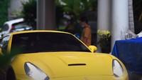 <p>Pedangdut Lesty Kejora dan calon suaminya, Rizky Billar kerap membuat konten romantis mereka berdua. Belum lama ini, Lesty mencoba mengendarai mobil milik Rizky. (Foto: YouTube Rizky Billar)</p>