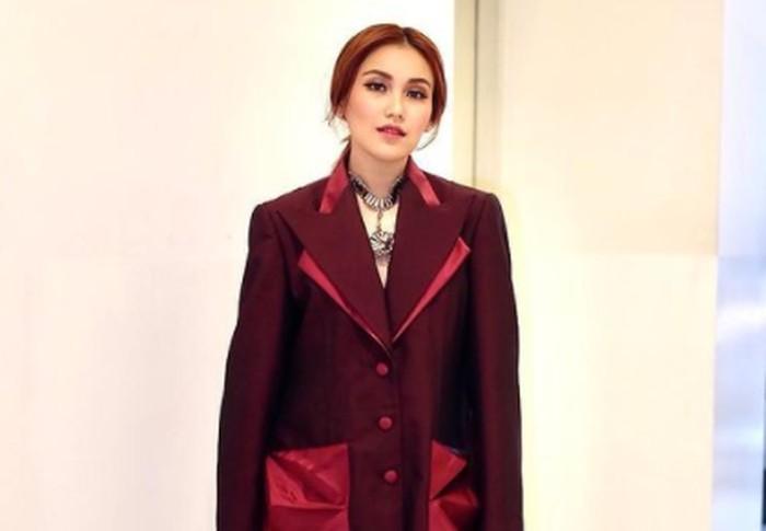 Selain bergaya swag, Ayu Ting Ting kerap tampil dengan gaya yang lebih elegan. Blazer merah maroon yang ia pakai ini bahkan membuat dirinya seperti aktris yang sedang syuting drama Korea / foto: instagram.com/ayutingting92