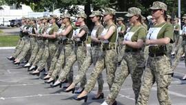 Saat Tentara Wanita Ukraina Berlatih dengan Sepatu Hak Tinggi
