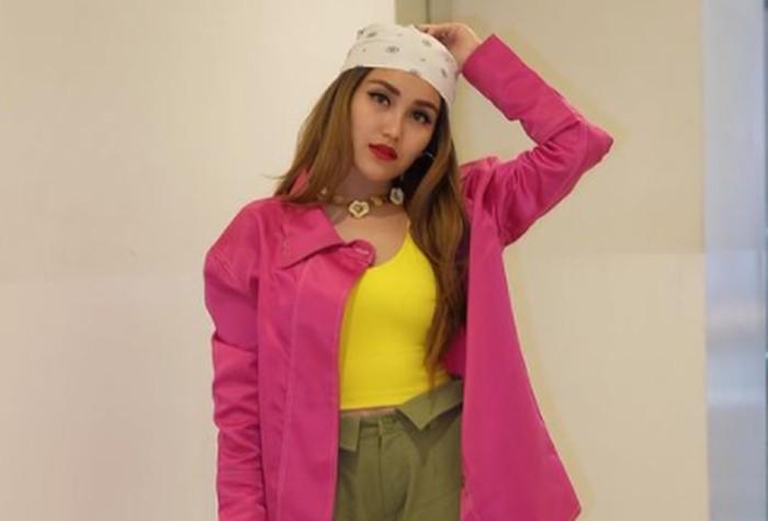 Tidak ada kata takut untuk Ayu Ting Ting dalam memilih warna baju yang ia kenakan. Kombinasi warna-warna cerah seperti pink, kuning, dan hijau army ini ternyata sangat cocok dipakai olehnya / foto: instagram.com/ayutingting92