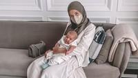 <p>Sejak lahir, Zaskia kerap membagikan foto kebersamaannya bersama sang buah hati. Wanita 30 tahun ini juga sering berbagi pengalamannya mengurus baby Ukkasya lho. (Foto: Instagram @zaskiasungkar15) </p>