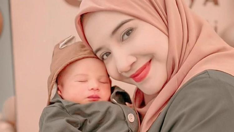 Zaskia Sungkar dan Anaknya
