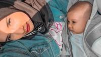 <p>Memasuki usia 3 bulan, Ukkasya sudah bisa melakukan banyak hal, Bunda. Pastinya tingkah laku putra semata wayang Zaskia Sungkar ini sangat menggemaskan. (Foto: Instagram @zaskiasungkar15)</p>