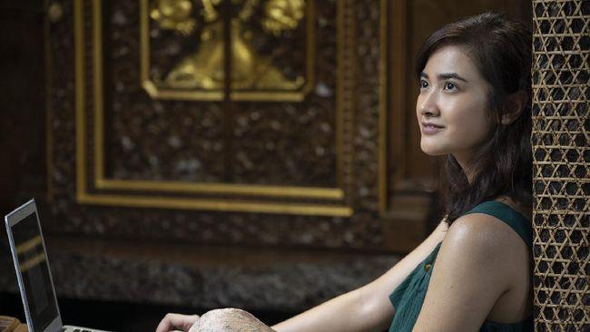 Film A Perfect Fit disutradarai oleh Hadrah Daeng Ratu. Sementara, naskah ditulis oleh Garin Nugroho.